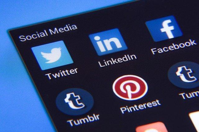 Na sociálních sítích je už každý druhý